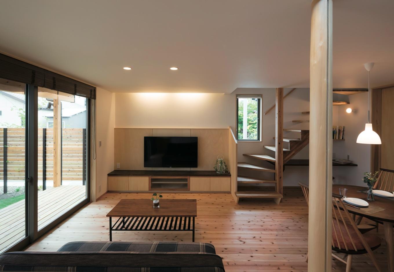 28.5坪を感じさせない計算された空間設計は『足立建築』の十八番。天井の高低差が空間の表情を豊かにしている