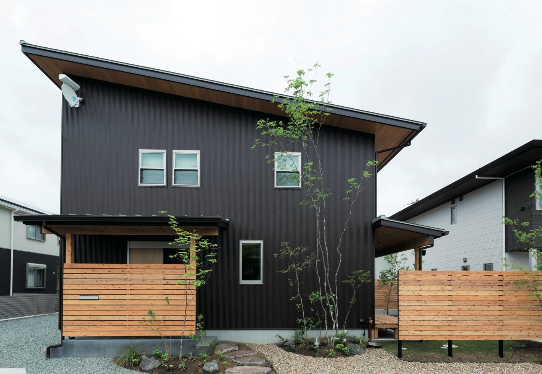 建物と外構をトータルでデザイン。ウッドフェンスは外部からの視線を遮りつつ、光と風を通す役割を果たす