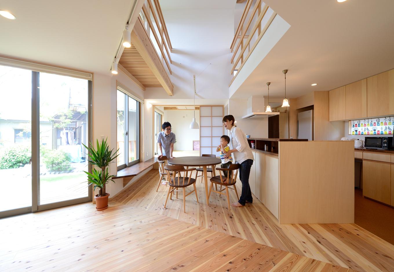 あだちの家。足立建築【子育て、省エネ、間取り】土地環境を読み込み、やわらかな光と風を取り込みやすいよう、建物を「へ」の字型に配置。キッチンから室内全体が見渡せるので、子育てママも安心
