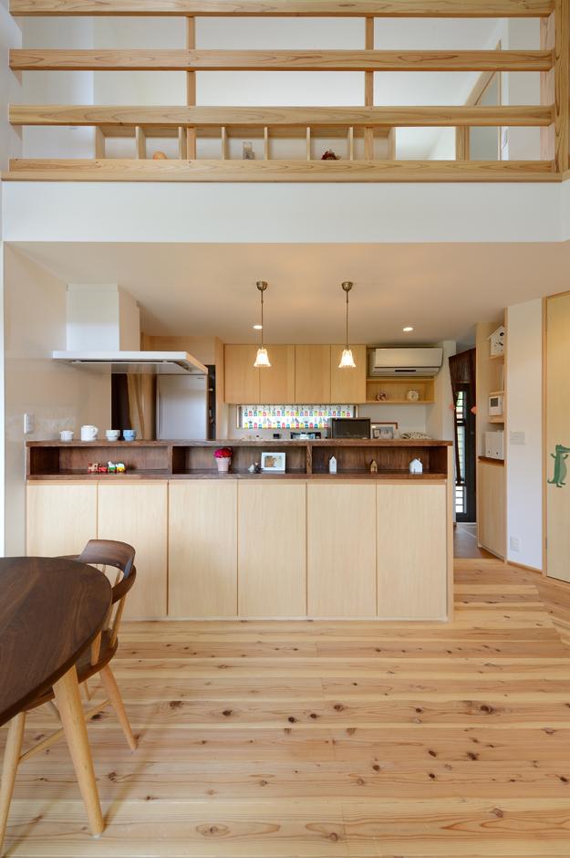 あだちの家。足立建築【子育て、省エネ、間取り】しなやかな動線と充実収納がお気に入りのキッチン。吹抜けを通して、2階とのコミュニケーションも取りやすい
