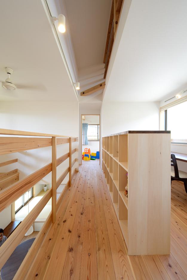 あだちの家。足立建築【子育て、省エネ、間取り】2階のフリースペース。造作の本棚を壁にしてファミリーライブラリーに