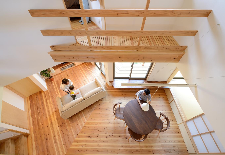 あだちの家。足立建築【子育て、省エネ、間取り】家族がどこにいても声が聞こえる吹抜けのLDK。独自で開発した「NO-DOCS構法」により、木造とは思えないほどの大空間を実現し、ライフスタイルの変化にも柔軟に対応できる
