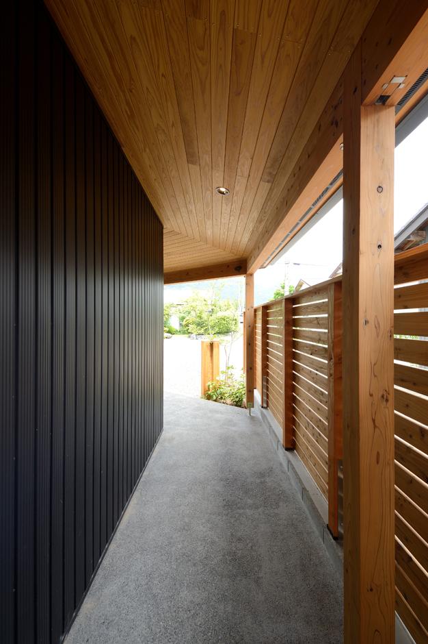 あだちの家。足立建築【子育て、省エネ、間取り】パブリックからプライベートへとスムーズに気持ちの切り替えができる屋根付きの長いエントランス