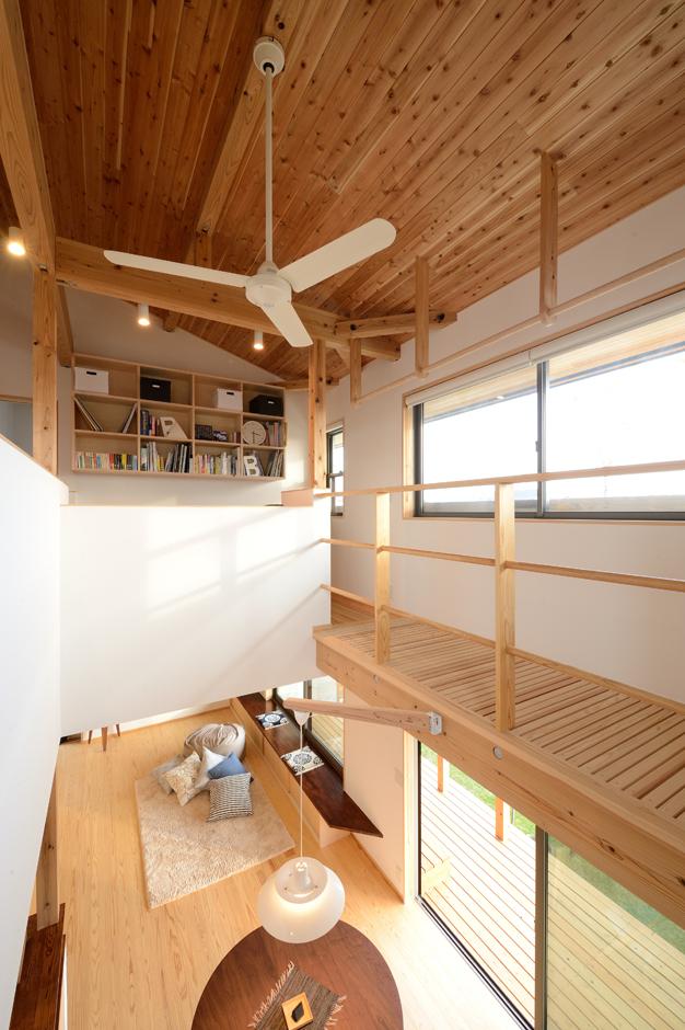 あだちの家。足立建築【収納力、省エネ、間取り】階段から眺めた吹抜けの風景。窓際にはキャットウォークを渡してある。吹抜けを通じて家族の気配を常に感じとることができる