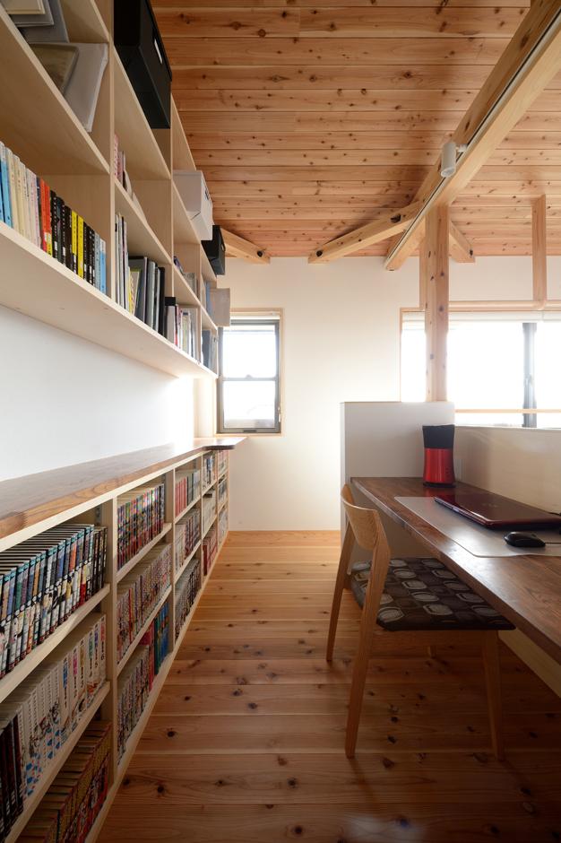 あだちの家。足立建築【収納力、省エネ、間取り】2階に設けた書斎。窓からの景色を眺めながら、好きな本を読んだり、ネットサーフィンを楽しんだり