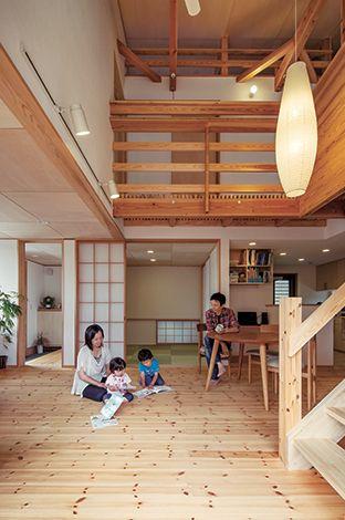 あだちの家。足立建築【デザイン住宅、省エネ、間取り】大きな掃出し窓と吹抜けの高窓から自然の光が降り注ぐリビング。マツの床の肌触りが心地よく、赤ちゃんも気持ち良さそうにハイハイする。ゲスト用の寝室にも使えるように、玄関から近い場所に和室を設けた