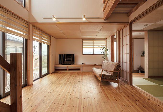 あだちの家。足立建築【デザイン住宅、省エネ、間取り】明るさと開放感に満ちたリビング。パッシブデザインで、ランニングコストがかかりにくい暮らしが実現する
