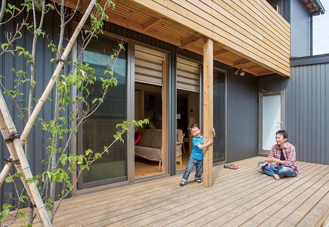 あだちの家。足立建築【デザイン住宅、省エネ、間取り】アウトドアリビングとして使える広いウッドデッキ。バーベキューやプールを楽しむのはもちろん、「今日は学校でどんなことがあったの?」と、パパと子どもたちのコミュニケーションの場にもしたいそう