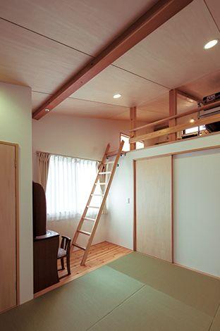 あだちの家。足立建築【デザイン住宅、省エネ、間取り】布団派のご夫婦の要望で、主寝室は畳敷きに。4.5 畳のロフトはご主人の書斎コーナー