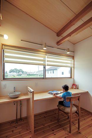 あだちの家。足立建築【デザイン住宅、省エネ、間取り】2 階ホールに設けた造作カウンターは子どもたちのスタディコーナー。青空が見える窓も気持ちいい!