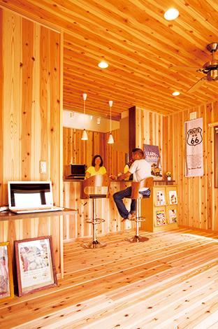 友和建設【趣味、自然素材、狭小住宅】壁、床に天竜杉を張ったLDKは、家に居ながら森林浴気分を楽しめる。木のぬくもりを感じる空間にアメリカンな雑貨やPOPがマッチしている