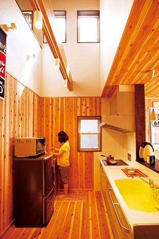 友和建設【趣味、自然素材、狭小住宅】隣家が迫っているため、吹抜けに3か所の開口部を設けて光を取り入れた。作業スペースも広く、移動もラクラク