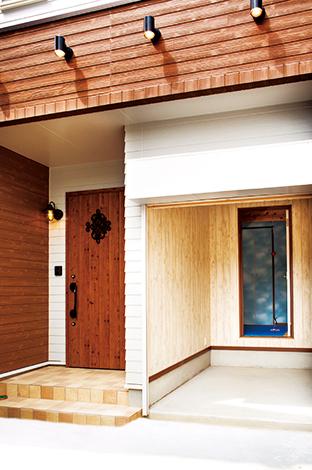 友和建設【趣味、自然素材、狭小住宅】ハーレーダビッドソン専用のインナーガレージ。奥に見える空色の部屋がトレーニングルーム