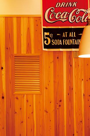 友和建設【趣味、自然素材、狭小住宅】玄関ホールとキッチンの間に杉板の通気口を設置。ミリ単位の匠の技にうっとり