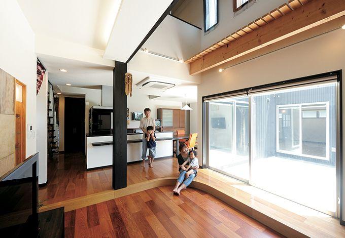 コバケンホーム(小林建設)【デザイン住宅、高級住宅、間取り】ホームパーティを開くことも多いFさん一家。吹き抜けのあるLDKにはアイランド式キッチンを備え、ゲストを見ながら調理ができるように