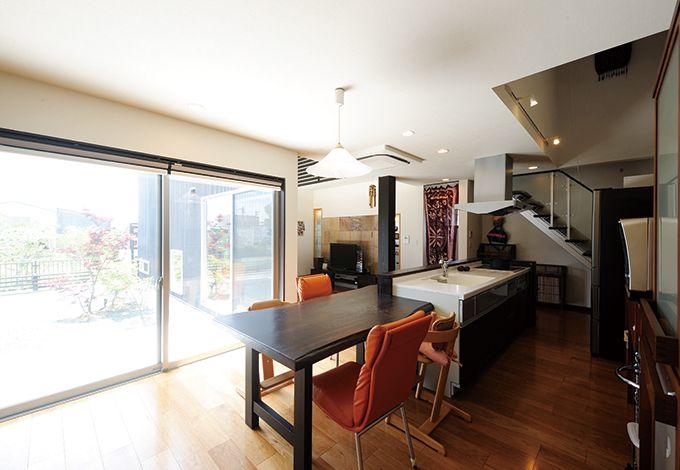コバケンホーム(小林建設)【デザイン住宅、高級住宅、間取り】キッチンの真横に、無垢のスギ板で造ったテーブルを配置。配膳も片付けもスムーズ