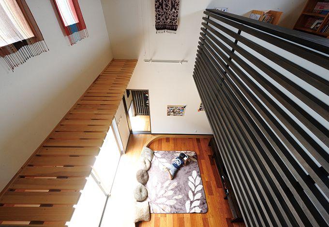 コバケンホーム(小林建設)【デザイン住宅、高級住宅、間取り】2階とLDKを繋ぐ吹き抜けのおかげで、家族が常に一体感を感じられる。リビングの窓際には床暖房を入れ、冬も暖か