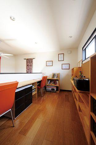 コバケンホーム(小林建設)【デザイン住宅、高級住宅、間取り】2階洋室は書斎として活用。カウンターを造作し、子どもたちの勉強部屋に