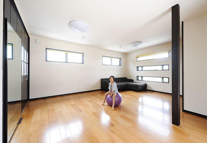 コバケンホーム(小林建設)【デザイン住宅、高級住宅、間取り】将来2つに仕切る予定の子ども室は、「今は広々使いたくて」極力家具は置かず、子どもたちの空手の練習場として活用