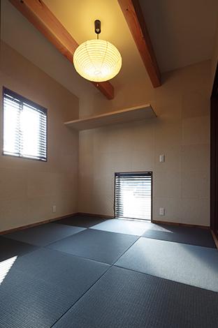 コバケンホーム(小林建設)【デザイン住宅、省エネ、間取り】シンプル&モダンな和室はご主人のこだわり。色を抑えた琉球畳が落ち着いた空間の中にもシャープな印象を与える
