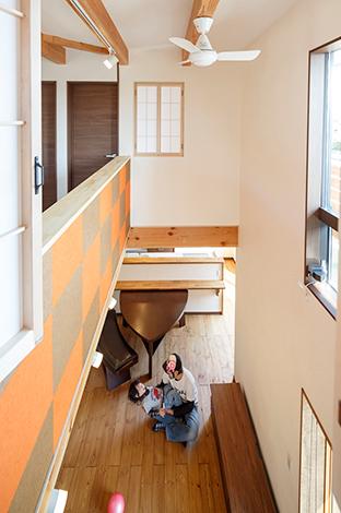 コバケンホーム(小林建設)【デザイン住宅、省エネ、間取り】主寝室から吹抜けを見下ろす。高窓から射し込む自然の光が漆喰の白い壁に反射して、より明るい空間を演出