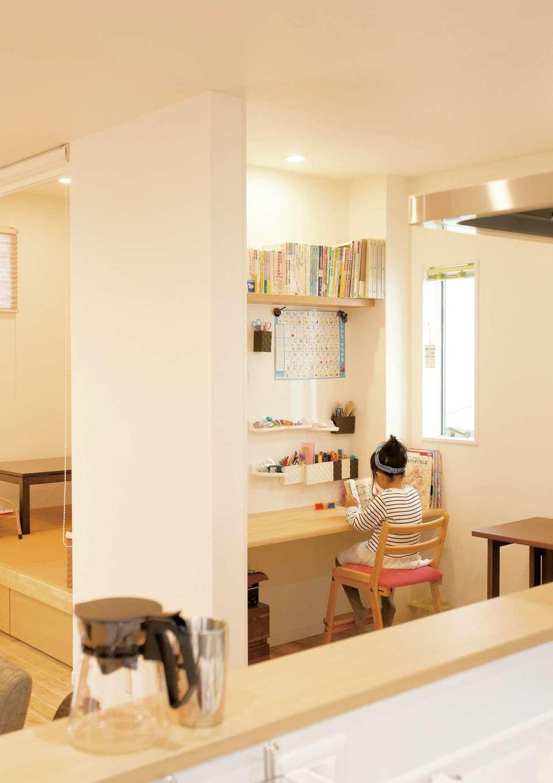コバケンホーム(小林建設)【収納力、自然素材、間取り】キッチンから子どもの様子を見守れるスタディコーナー