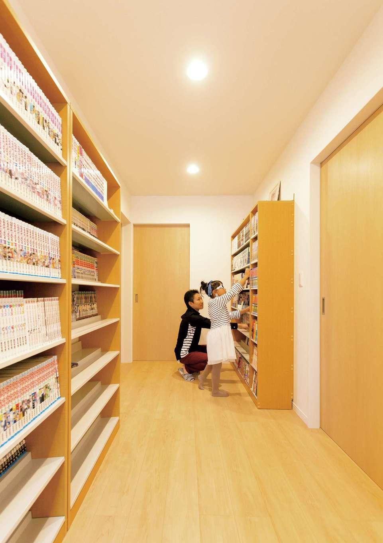 コバケンホーム(小林建設)【収納力、自然素材、間取り】階段ホールにはご主人の漫画本をしまう大容量の書棚を用意