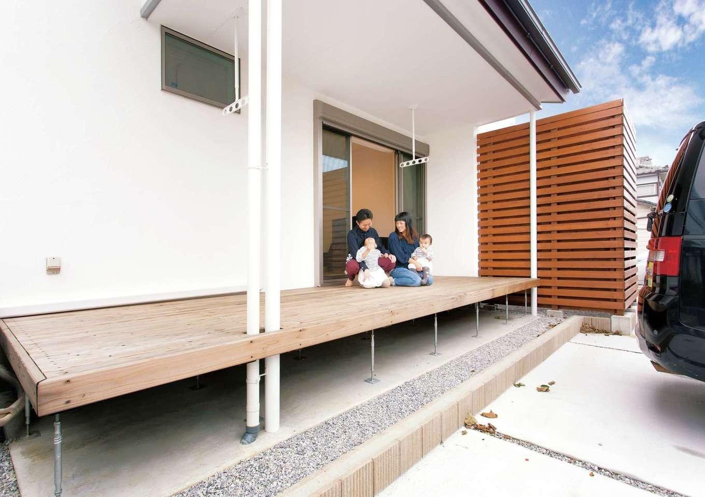 コバケンホーム(小林建設)【収納力、自然素材、間取り】ウッドデッキの隣には木のフェンスで囲んだ坪庭がある