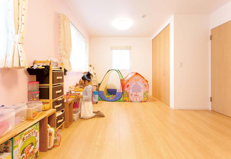 コバケンホーム(小林建設)【収納力、自然素材、間取り】2階の子ども室。将来的には2部屋に仕切れるように、収納とドアを2つずつ設けてある
