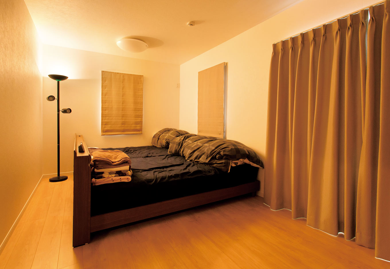 コバケンホーム(小林建設)【収納力、自然素材、間取り】バルコニーに面した寝室は9畳もの広々空間。ウォークインクローゼットもついている