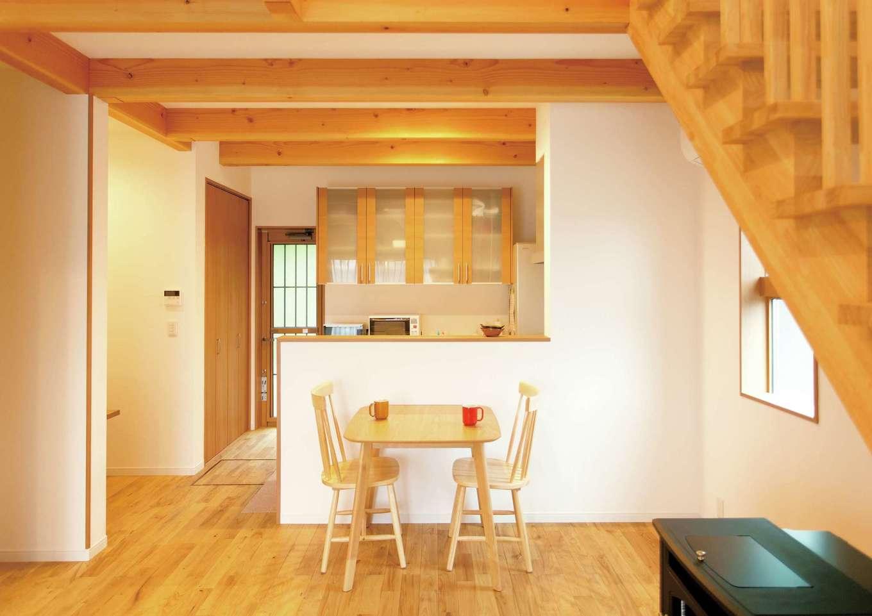 コバケンホーム(小林建設)【子育て、自然素材、間取り】クリの無垢板張りの床、等間隔に並んだ梁、そしてリビング階段が木の温かみを伝えるLDK。壁は漆喰仕上げ