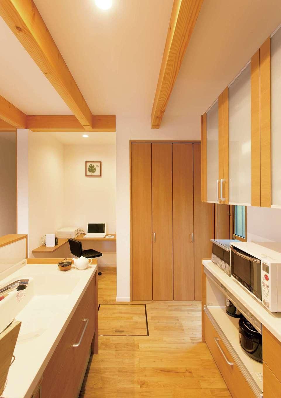 コバケンホーム(小林建設)【子育て、自然素材、間取り】対面キッチンの隣には壁面収納とスタディ&家事コーナーを配置