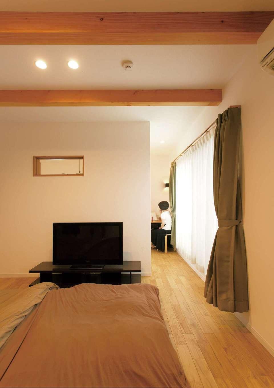 コバケンホーム(小林建設)【子育て、自然素材、間取り】寝室はウォークインクローゼットとミニ書斎コーナー付き。室内窓は吹抜けに通じている