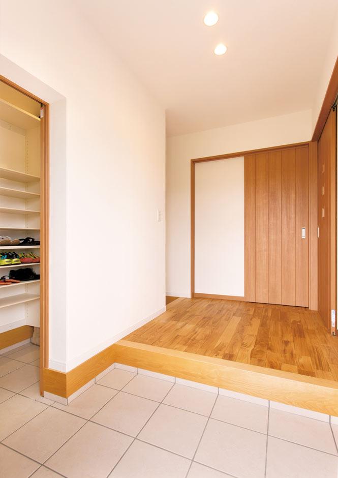 コバケンホーム(小林建設)【子育て、自然素材、間取り】シューズクロークはペレットをしまっておけるように広さにゆとりを持たせてある