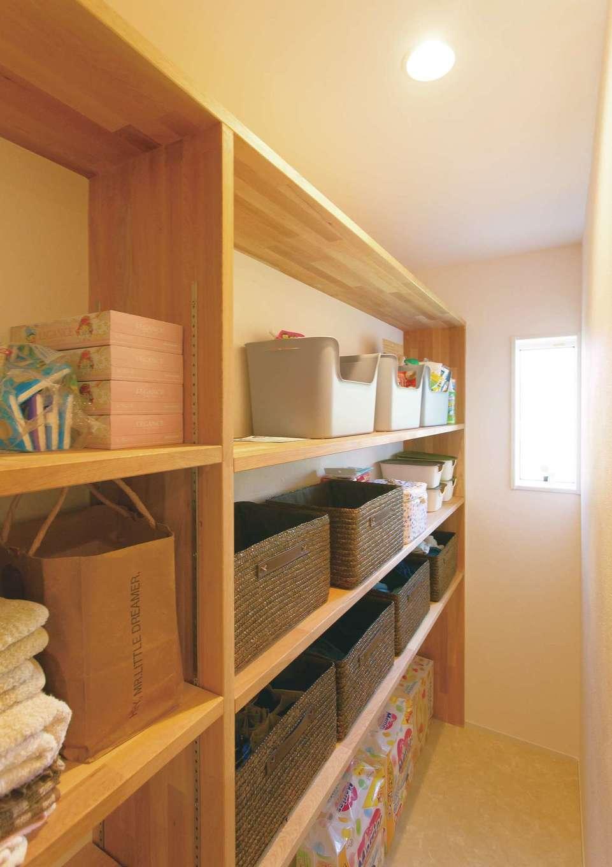 納戸には荷物を整理してしまいやすいように造作棚を設置