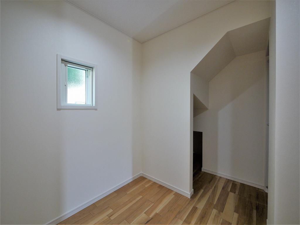 階段下のスペースまで一体利用できる納戸