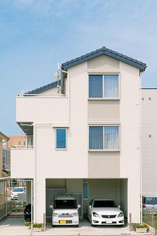 駅近くの住宅街のため、隣家や道路からの視線を遮る工夫が施された。無機質なイメージではなく木造住宅らしさを出したいという奥さまの希望で瓦屋根を採用