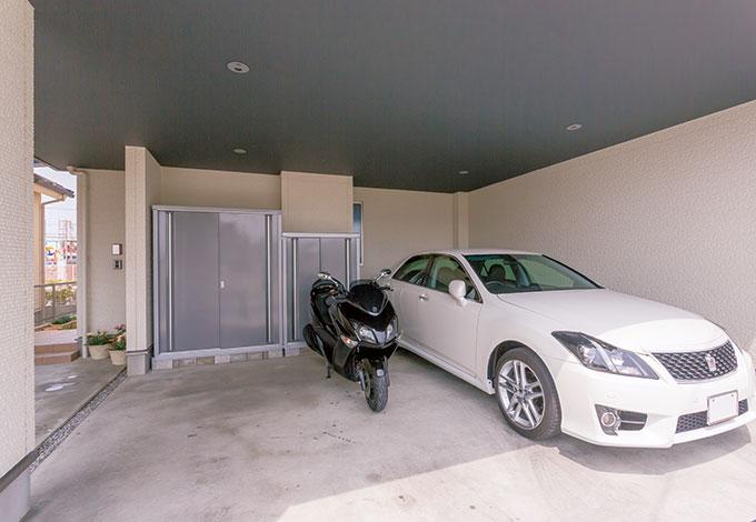 遠州建設【狭小住宅、間取り、ガレージ】広々としたガレージは車2台が余裕で駐車でき、ガレージの外には1台用のカーポートも設置された