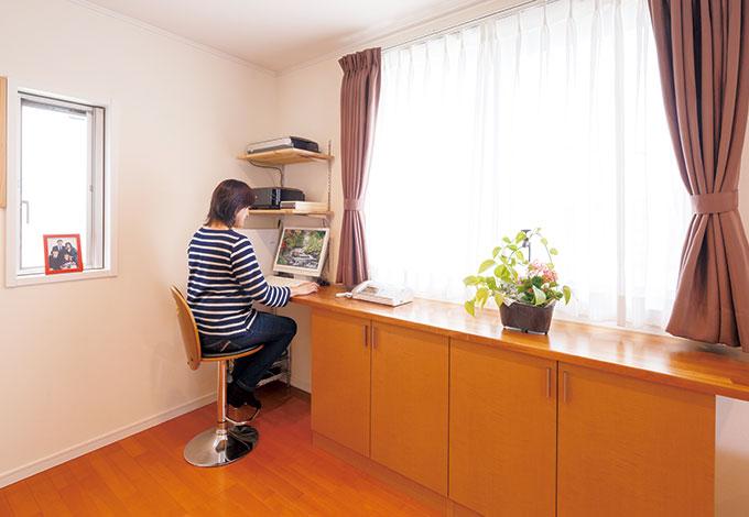 遠州建設【狭小住宅、間取り、ガレージ】リビングに設けたパソコンコーナー。造り付けの収納付カウンターは地震がきても倒れず安心。キッチンカウンターも収納たっぷり
