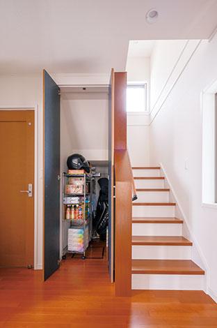 遠州建設【狭小住宅、間取り、ガレージ】階段下を収納に有効活用。日用品のストックはここへ