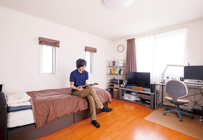 遠州建設【狭小住宅、間取り、ガレージ】3階の長男の部屋はバルコニー につながり、面積以上の開放感。耐震性能に優れた「KES構法」で揺れや音も気にならず、「居心地バツグン」と自室でのくつろぎを満喫しているよう