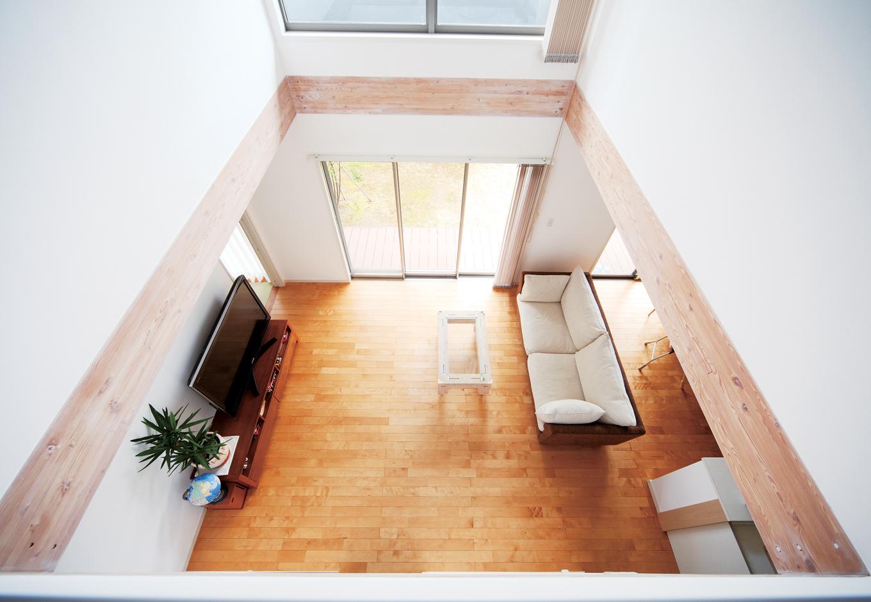 遠州建設【子育て、省エネ、間取り】2 階ホールから吹抜けを見おろすと、ギャラリーのような空間が広がる