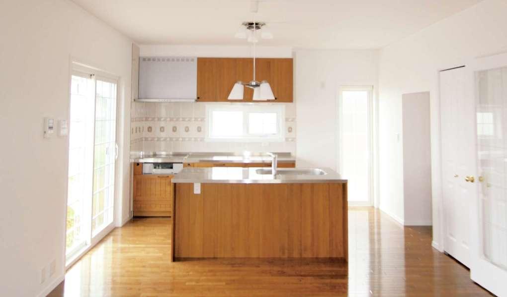 セルコホーム浜松(オバタケイ)【デザイン住宅、収納力、輸入住宅】洗物をしていてもLDKを眺められるように、アイランド側にシンクを取り付けた
