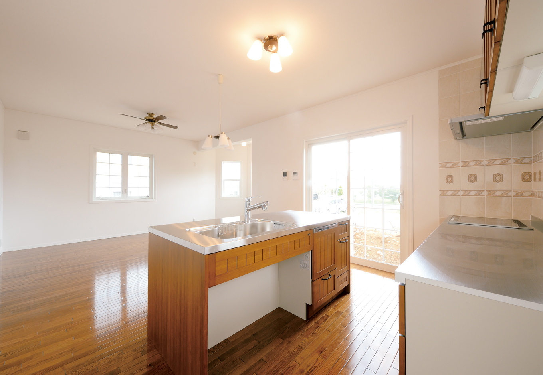 セルコホーム浜松(オバタケイ)【デザイン住宅、収納力、輸入住宅】アイランド側にシンクを取り付けたのは、『セルコホーム浜松北』でも初の試み。美しいデザインと使い勝手の良さに奥さまは大満足