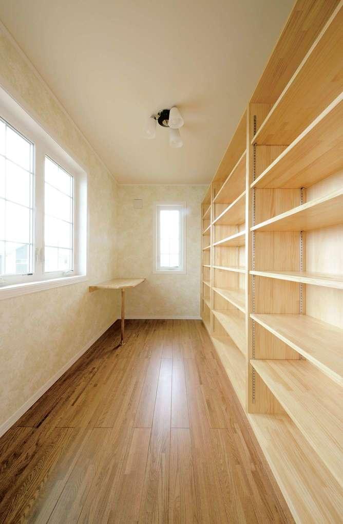 セルコホーム浜松(オバタケイ)【デザイン住宅、収納力、輸入住宅】寝室と直結する書斎。天井まで届く本棚を壁一面に造作した