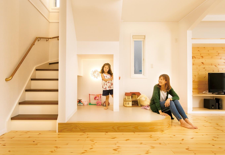 階段下に小上がりのキッズスペースを用意。「他社のモデルハウスで一目惚れ。建築中でしたが追加オーダーで造ってもらいました」とAさん