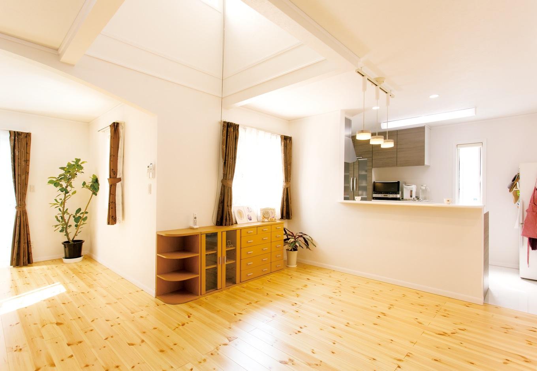 北米直輸入の素材を使い、2×4工法で建てた耐震性の高い住まい。白い壁やパイン無垢材の床に合わせ、建具類はすべてクラシカルな白で統一