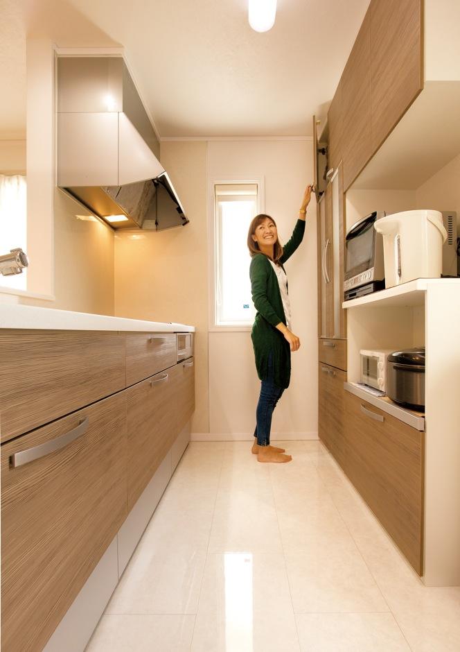 背の高い奥さまが使いやすいよう、広々としたキッチンスペースを用意。大理石調の床もお気に入り