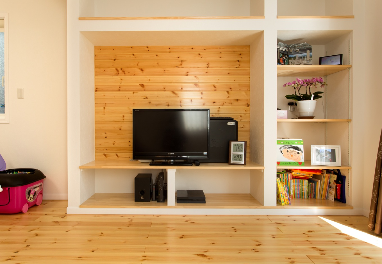 リビングのTVボードはオリジナル。テレビ裏の壁面にもパイン材を張り、白い壁との組み合わせがお洒落