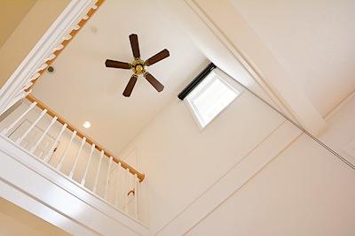廊下を省き、広いワンルームのような印象のLDKの中央に設けた吹き抜けが、タテの広がりを演出。畳数以上の開放感を生み、家中に一体感をもたらしてくれる